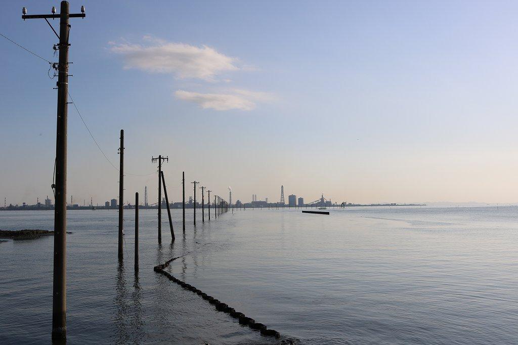 江川海岸の海中電柱