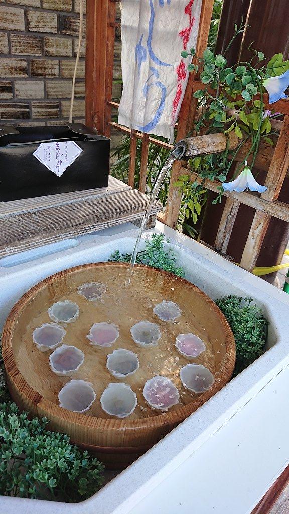 店頭で販売される水まんじゅう